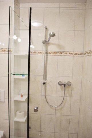 Bad mit großer Glasdusche