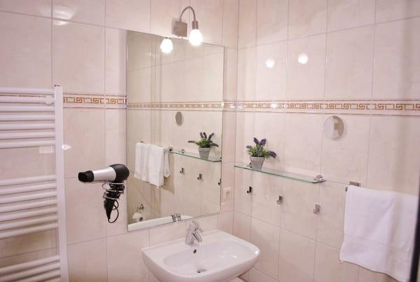 helles Bad mit Dusche, Fön vorhanden