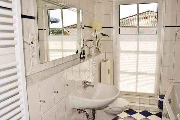 helles Bad mit großer Spiegelfront, Handtuchwärmer, Fön vorhanden