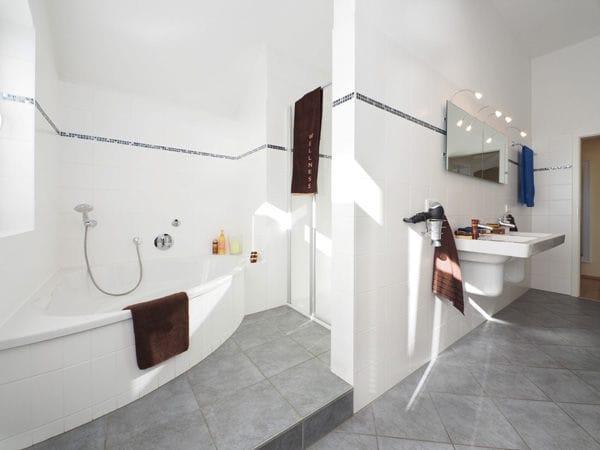 Bad mit Dusche, Badewanne & Sauna