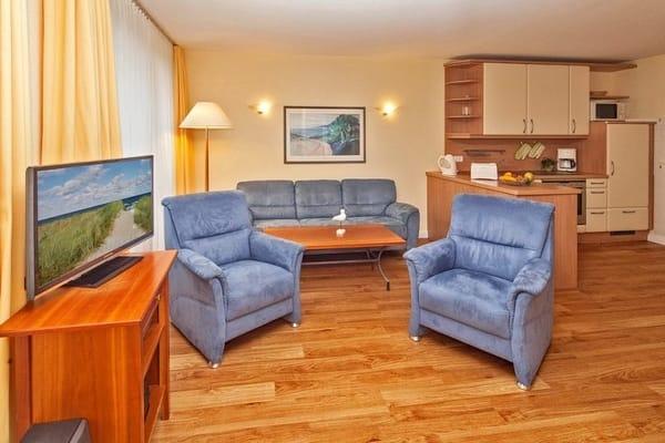 Wohnzimmer mit komfortabler Couch