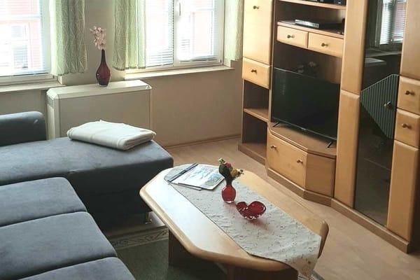 Wohnzimmer mit Sitzecke und TV