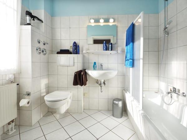 Bad mit Badewanne & Fenster