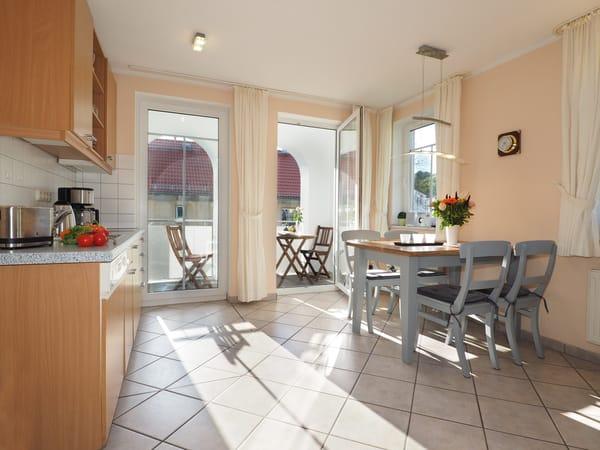 Küchenbereich mit Essecke & Zugang zum Balkon