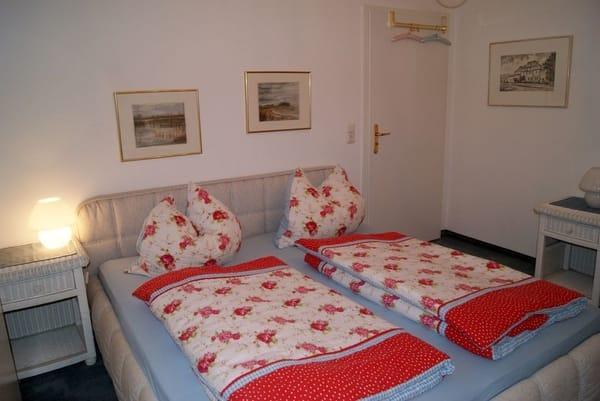 Der Schlafraum mit einem Doppelbett.