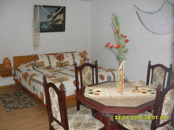 Doppelbett und Eßecke