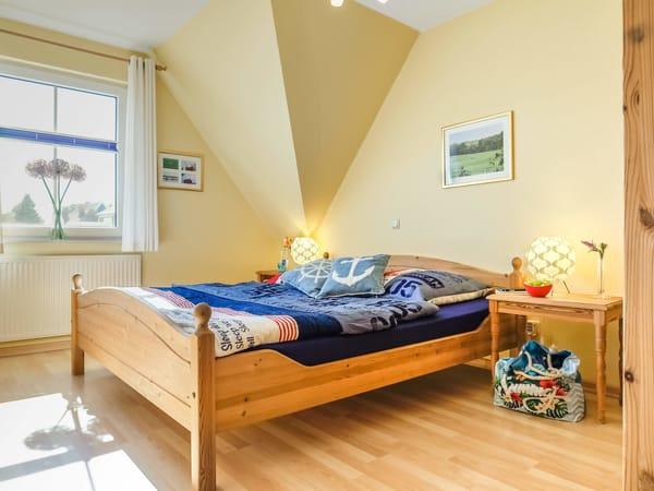 Schlafzimmer mit Doppelbett 1,80m x 2,00 m