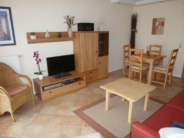 Wohnzimmer mit 80 cm LED-Fernseher, Blu-Ray-Player,  Kompaktmusikanlage, Essecke für 4 Personen