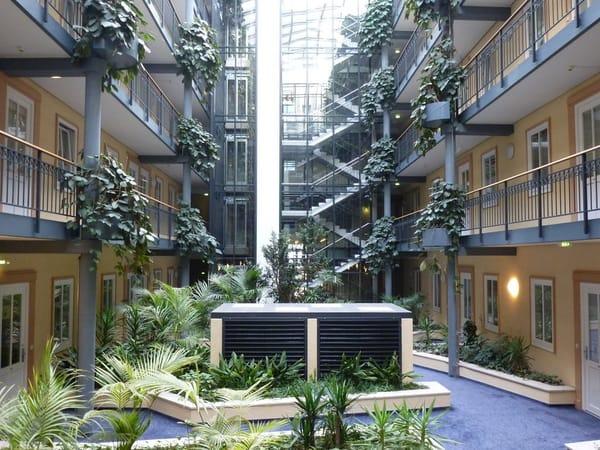 Atrium im Haus Meeresblick, 2 Aufzüge im Innenhof