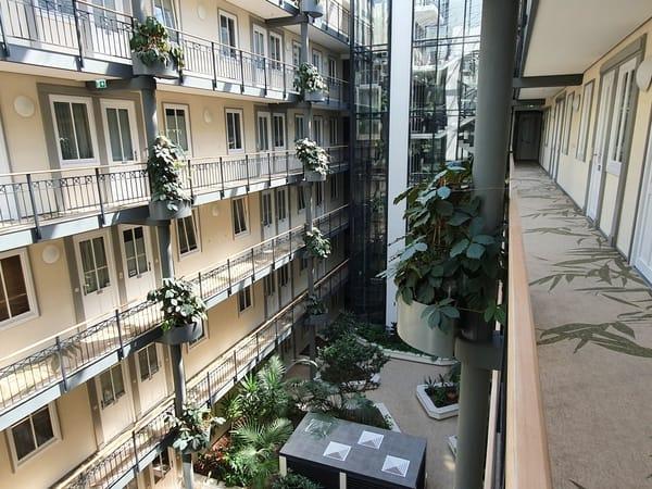 Atrium im Haus Meeresblick mit echten Pflanzen unter Glasdach