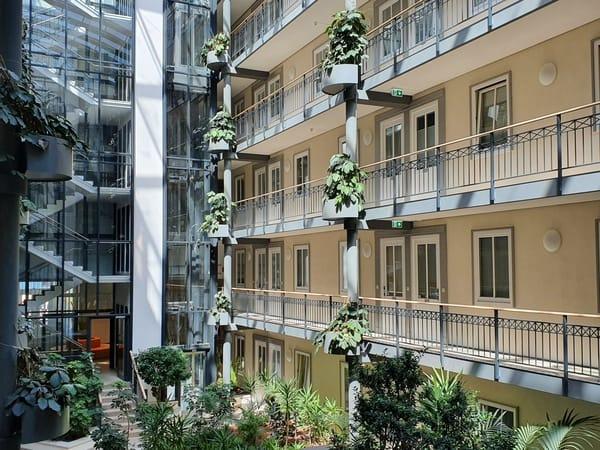 Atrium mit Fahrstuhl und Treppenhaus