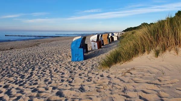Strandkörbe am Sandstrand