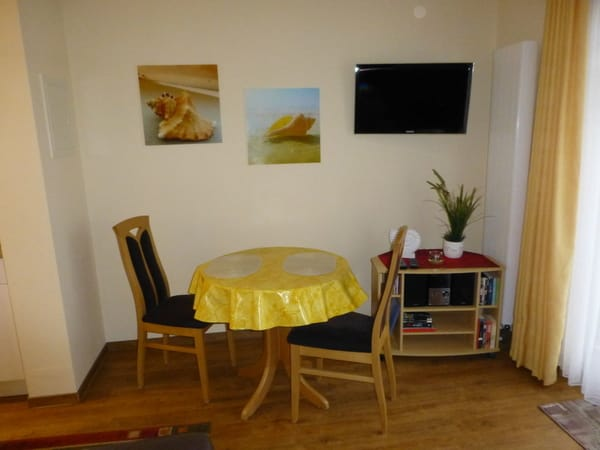 LED-Fernseher und Esstisch im Wohnzimmer