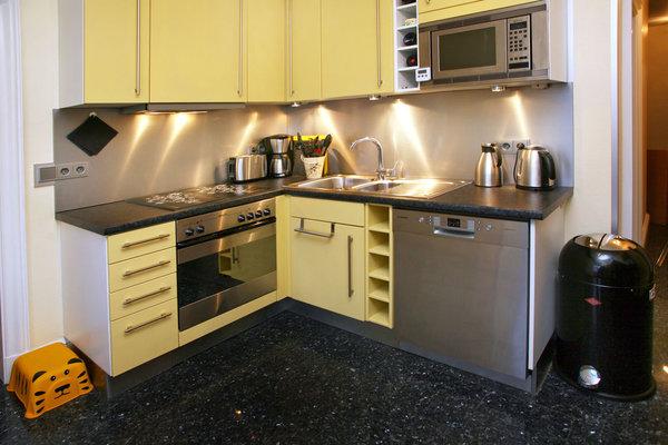 luxuriöse Einbauküche mit neuen Geräten