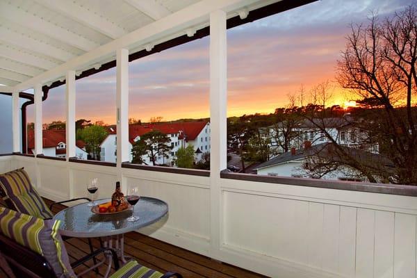 den Sonnenuntergang auf dem Balkon genießen