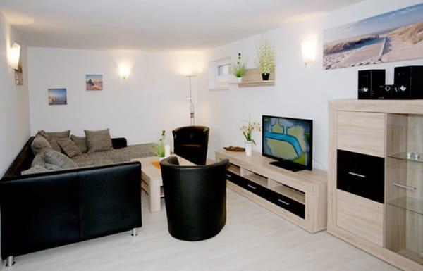 Wohnzimmer mit Couch, Flat-TV, Essplatz