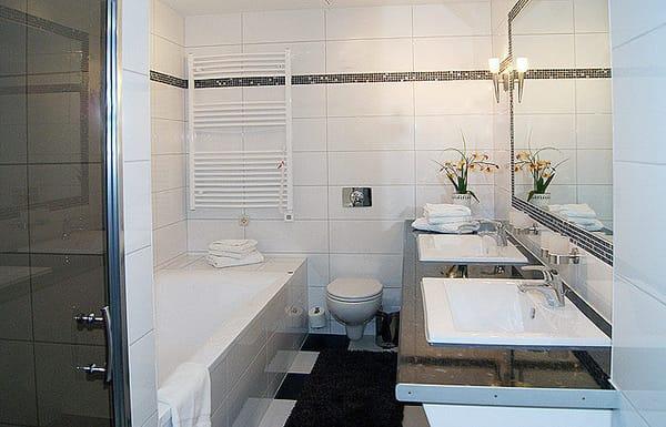 Bad mit Dusche/Wanne, WC und Doppelwaschbecken