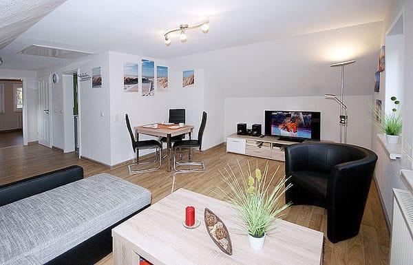 Wohnzimmer mit Couch, Flat-TV, Essplatz, Küchenzeile