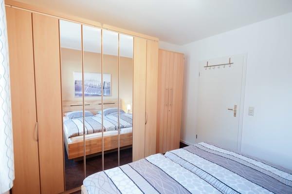Das Schlafzimmer mit großem Kleiderschrank
