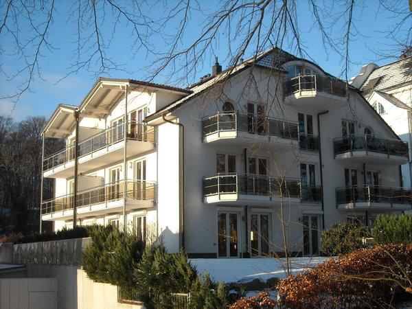 Die Wohnung vom Hochufer aus.Sie besitzt 3 Balkone alle mit Blick auf Steilküste und zum Meer,Sonne auf den unteren Balkonen von Sonnenaufgang bis ca 15 Uhr,dann wieder auf dem obersten Balkon.