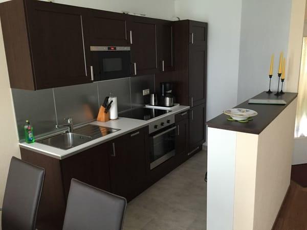Moderne Küche mit Tresen