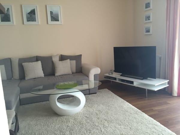 Wohnzimmer mit internetfähigen Fernseher