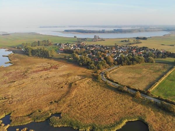 Bresewitz, umgeben von Boddengewässern