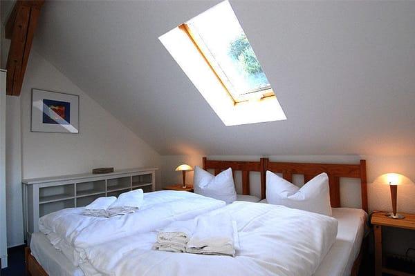 Das gemütliche Schlafzimmer mit genügend Stauraum