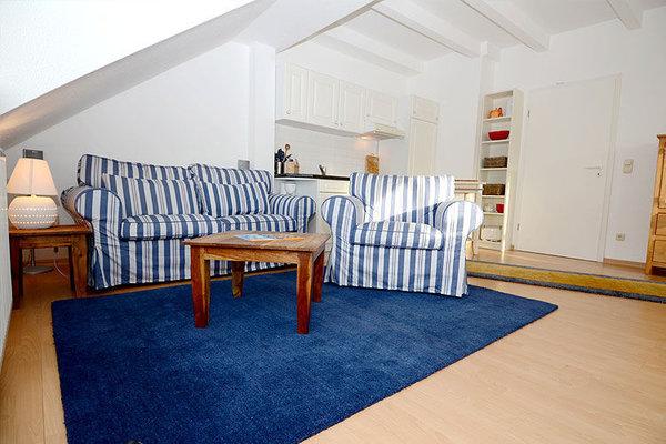 Das Wohnzimmer mit integrierter Küchenzeile
