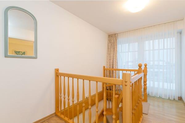 Die Fewo geht über 2 Etagen: Wohnzimmer und Elternschlafzimmer befinden sich im 4.OG, Küche, Bad und das kleinere Schlafzimmer befinden sich im 3.OG.