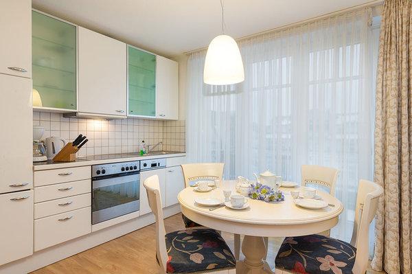 Die separate Küche hat einen Austritt zum Balkon.