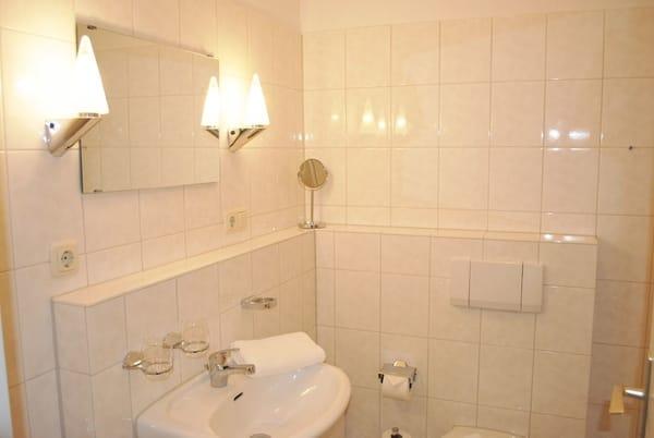 Bad mit Dusche, WC und Waschtisch, Fön vorhanden