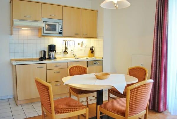 komplett eingerichtete Küche mit Esstisch für 4