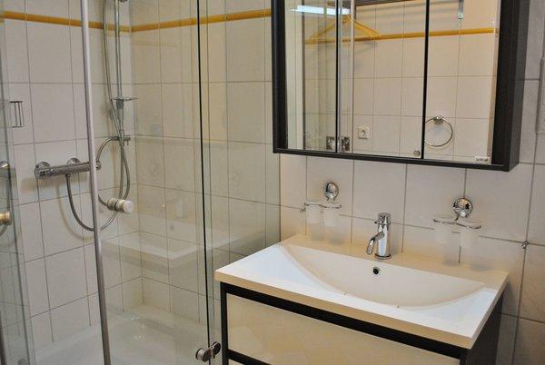 helles freundliches Bad mit edlem Waschtisch