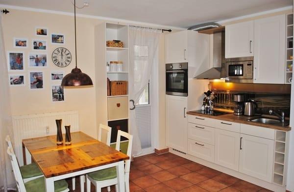 komplett eingerichtete, hochwertige Küche mit Esstisch für 4 Personen, Kinderstuhl vorhanden