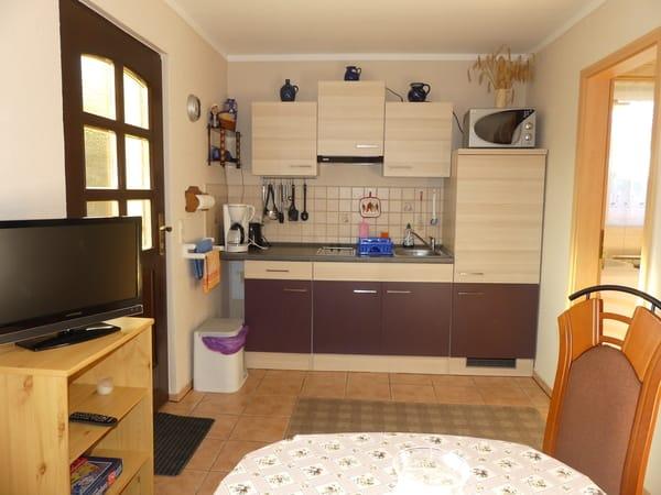 Gut ausgestattete Küchenzeile mit Mikrowellengrill