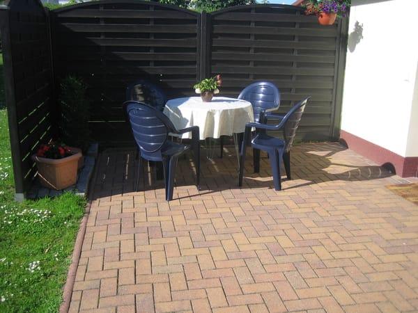 Großzügige Terrasse zum Entspannen in der Sonne