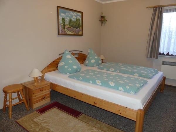 Schlafraum mit Doppelbett und einem Etagenbett