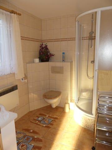 Geräumiges Bad mit Waschtisch und Runddusche