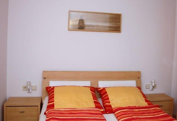 Schlafzimmer mit Doppelbett 180x200 und Kleiderschrank