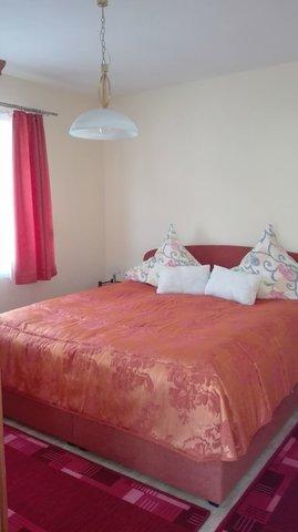 Erstes Schlafzimmer mit Doppelbett