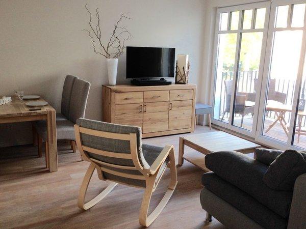 Wohnzimmer mit Naturholzmöbeln