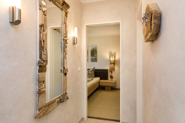 Hier ein Blick vom Wohnungsflur in das Schlafzimmer. Die Tür rechts führt in das Bad.