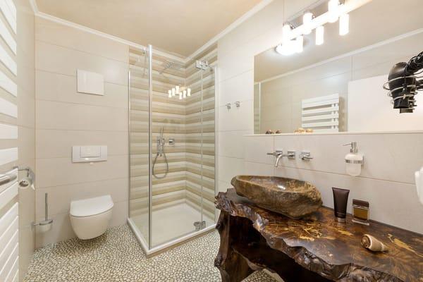 """Das neu geflieste Bad hat einen schicken """"Wellness-Fußboden"""" aus schmeichelweichen Kieselsteinen ...."""