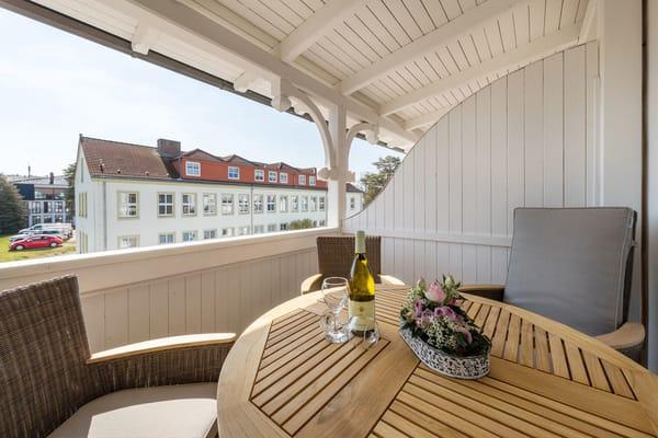Der komfortabel möblierte Balkon ist nach SüdOsten ausgerichtet. Von Mai bis September steht Ihnen ein Strandkorb am Strandabgang 40/41 kostenfrei zur Verfügung.
