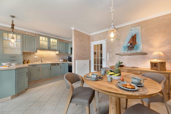 Hier im Bild der schöne Eßbereich und die neue Küchenzeile.
