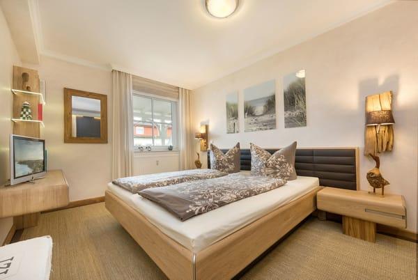 Das Schlafzimmer ist ausgestattet mit Doppelbett ...