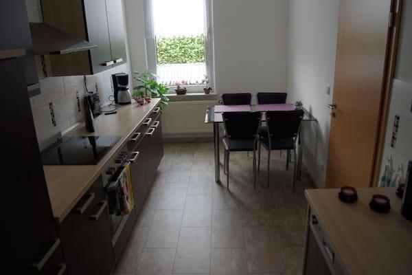 Küche, ausgestattet mit Herd mit Cerankochfeld, Backofen, Mikrowelle, Geschirrspüler, Toaster, Wasserkocher, Kaffeemaschine