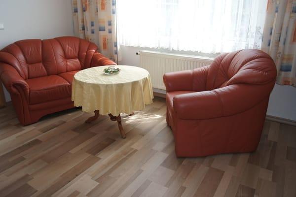 Wohnzimmer Bild 2: ein drei-sitzer-Sofa befindet sich auf der linken Seite