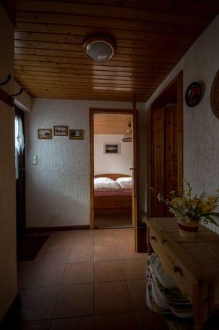Flur (rechts zum Badezimmer, geradeaus zum Schlafzimmer)